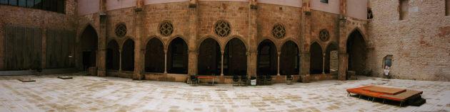 Vista panoràmica del claustre del convent amb un escenari preparat per una actuació.