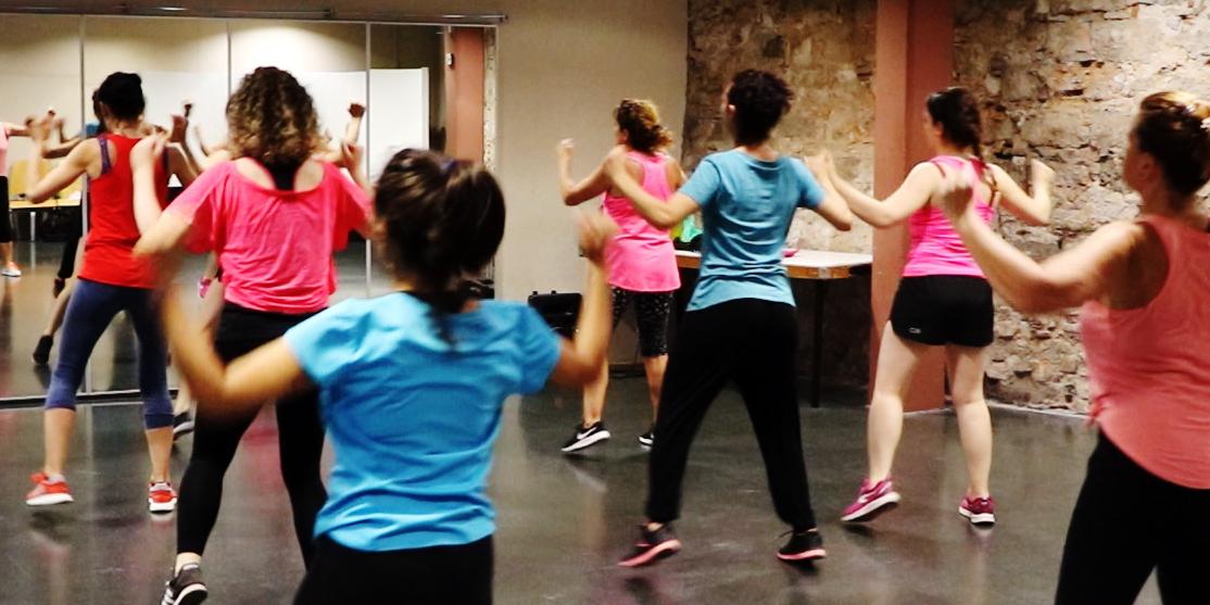 grans i petits ballant a la sala durant el taller