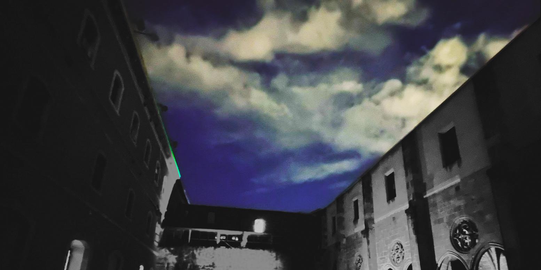 claustre del convent : l'edific en blanc i negre i el cel blau.