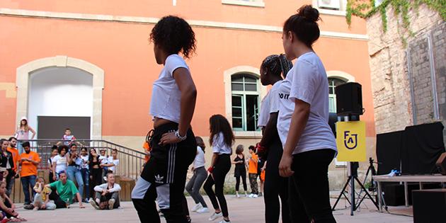joves participants del festival d'acció jove ballant al claustre del Covent