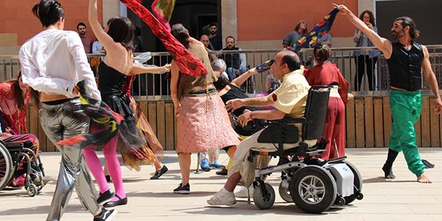 el grup de dansa integrada al claustre del convent durant una representació al festival TuDanzas