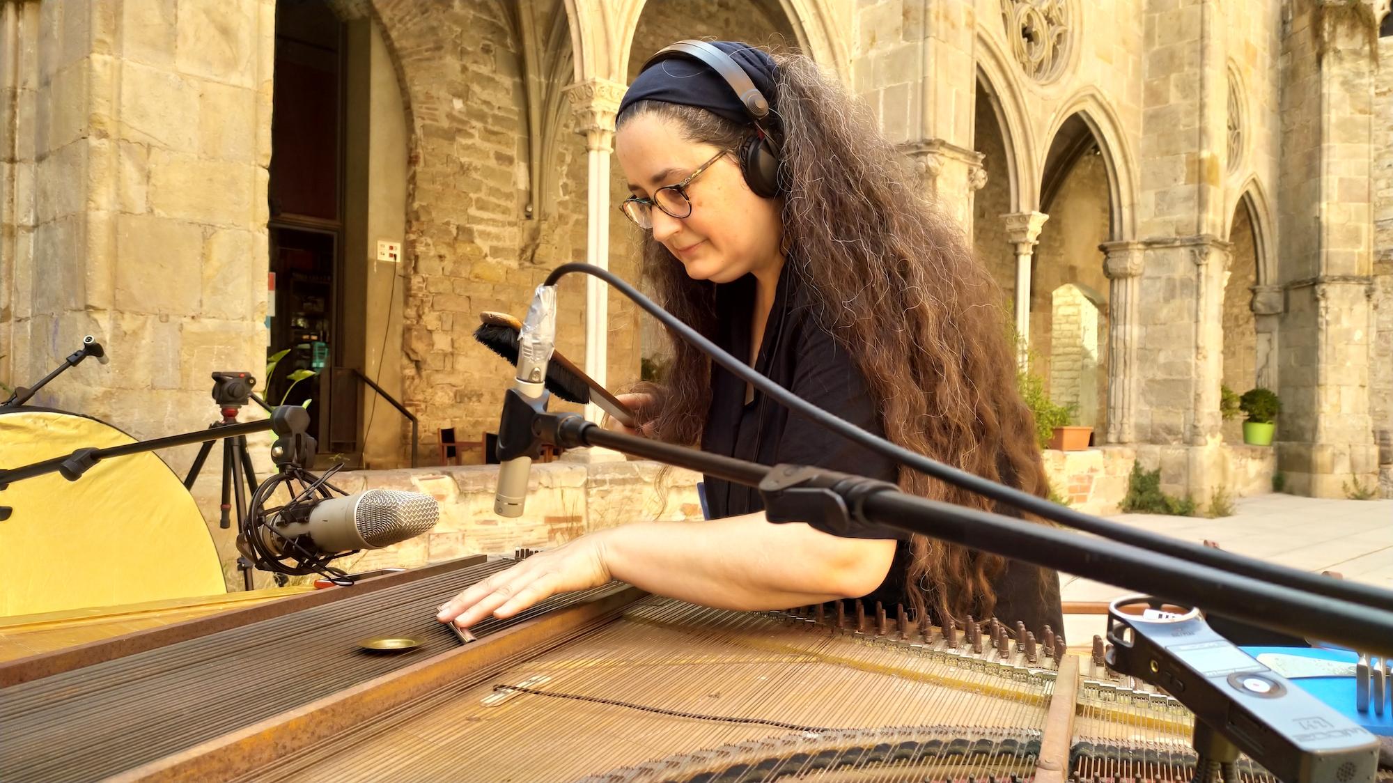 L'Eli Gras i el seu peeled piano al claustre del Convent
