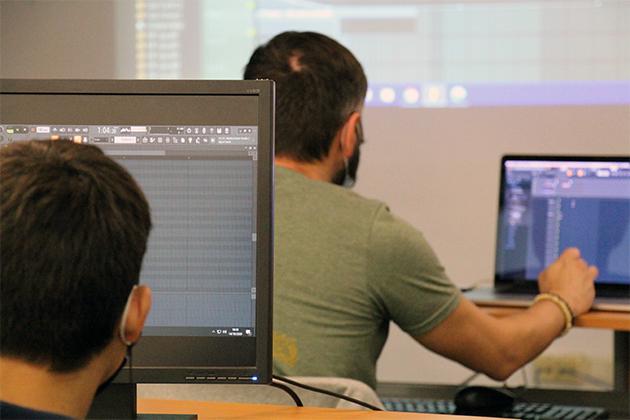 persones davant la pantalla de l'ordinador a la classe de flstudio
